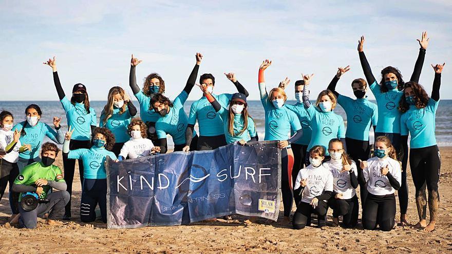 La playa de la Patacona acoge a 40 asistentes de la ONG Kind Surf