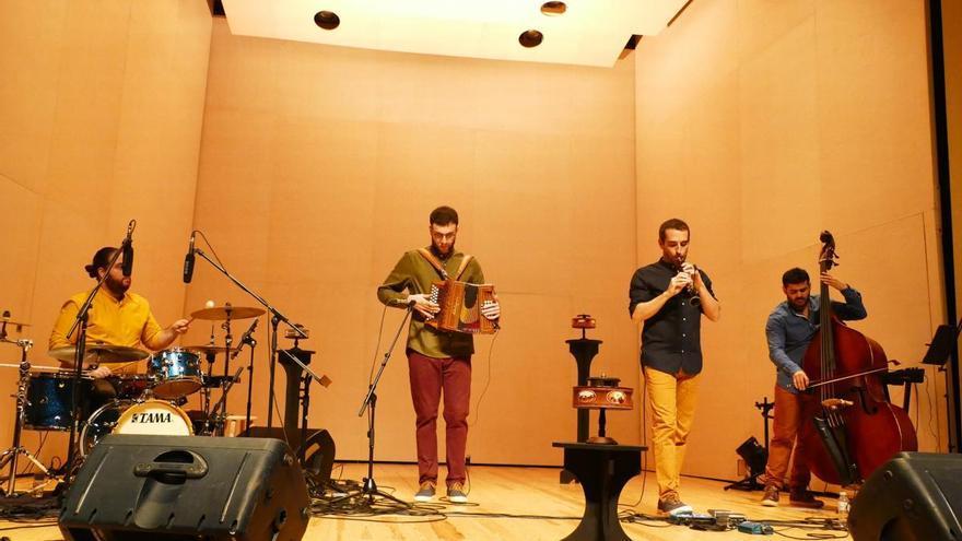 Criatures convenç en un concert potent i emotiu als Caputxins de Figueres