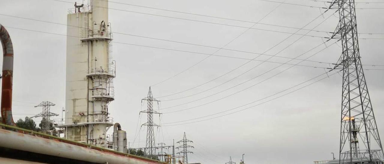 Tendidos eléctricos que sobrevuelan el polígono empresarial de la ría de Avilés.