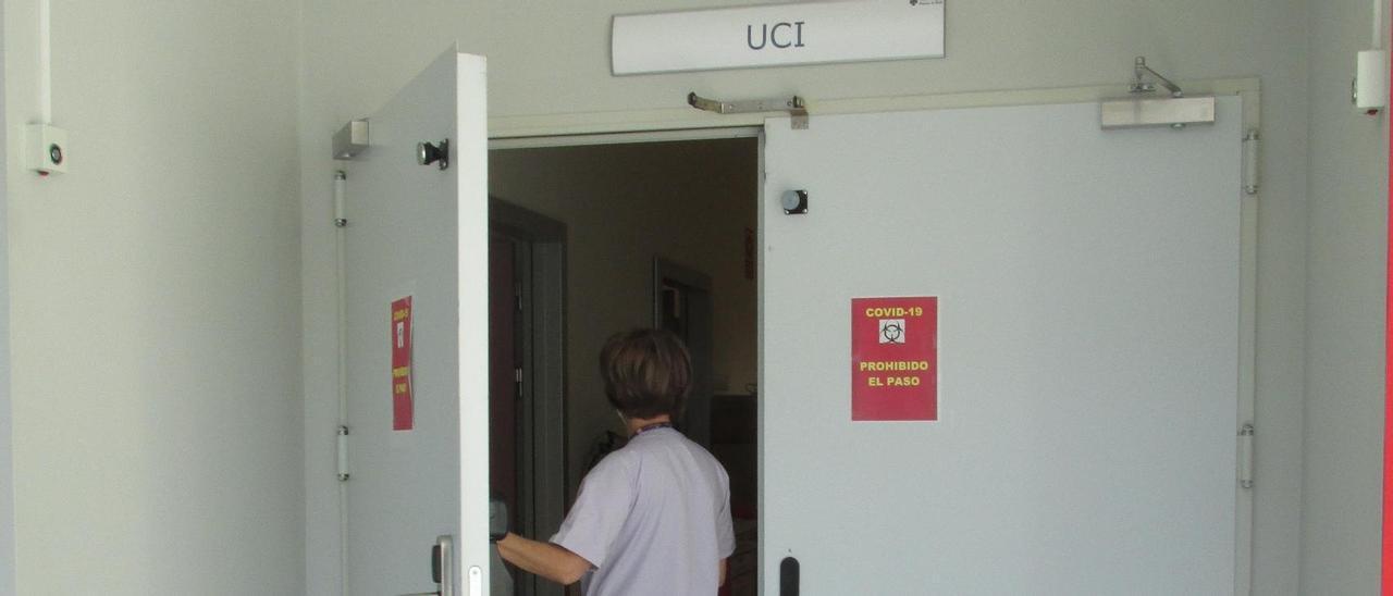 Una sanitaria entra al servicio de la UCI del hospital de Gandia