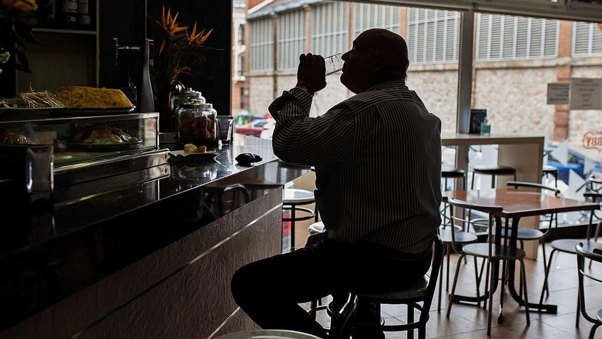 Un hombre apura su consumición en un bar de Zamora capital.  
