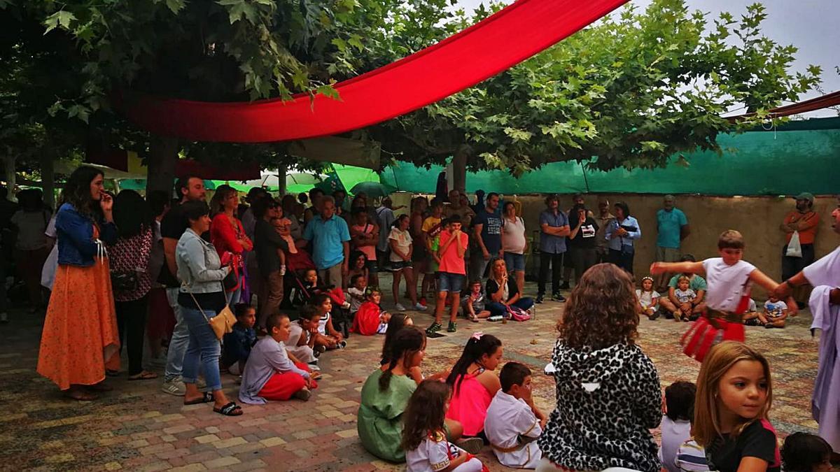 Niños y mayores disfrutan de un espectáculo del mercado romano en una foto de archivo. | Cedida