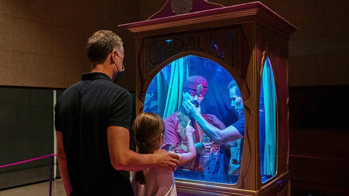 Una niña disfruta con su padre del número del artista Dani García en el Etnográfico.   Ana R. Burrieza