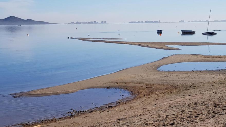 Trabajos de urgencia para rebajar secos y evitar más fangos en el Mar Menor