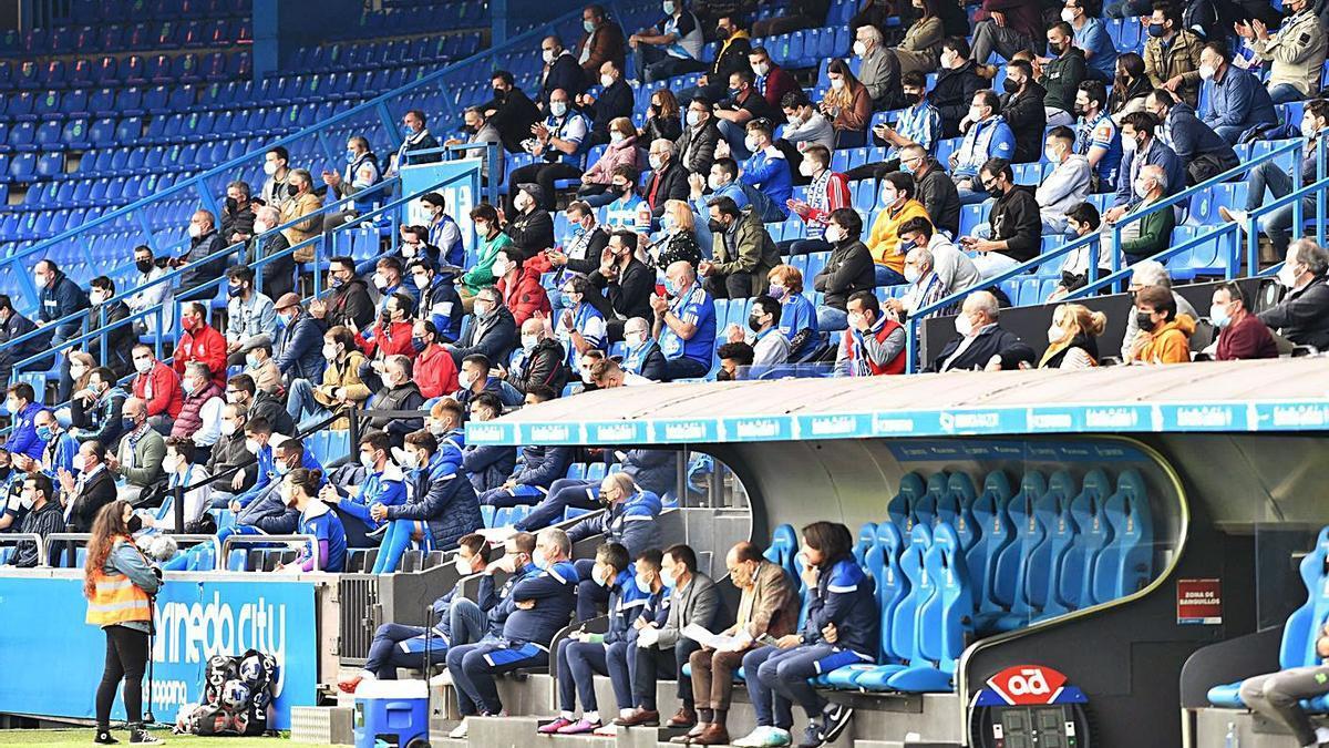 Aficionados deportivistas en la grada de Riazor en el partido contra el Numancia. |  // VÍCTOR ECHAVE