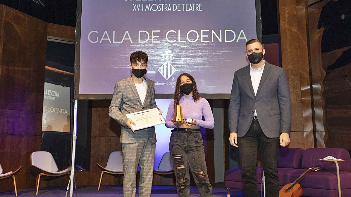 Los hijos de Pep Salvador reciben el galardón y el Escudo de Plata de Cullera. | LEVANTE EMV