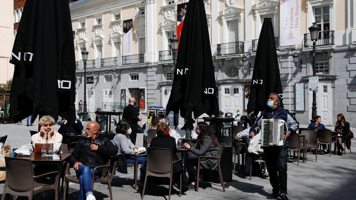 Varias personas disfrutan en una terraza en Madrid.