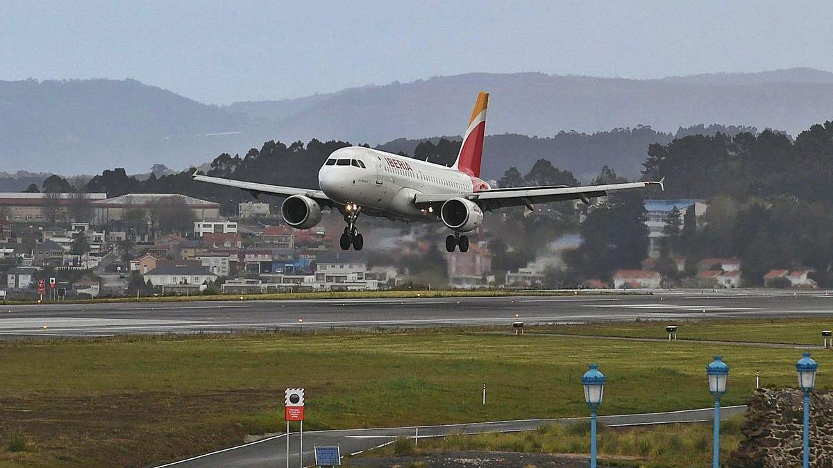 Un avión sobrevuela la pista de Alvedro. |   // CARLOS PARDELLAS