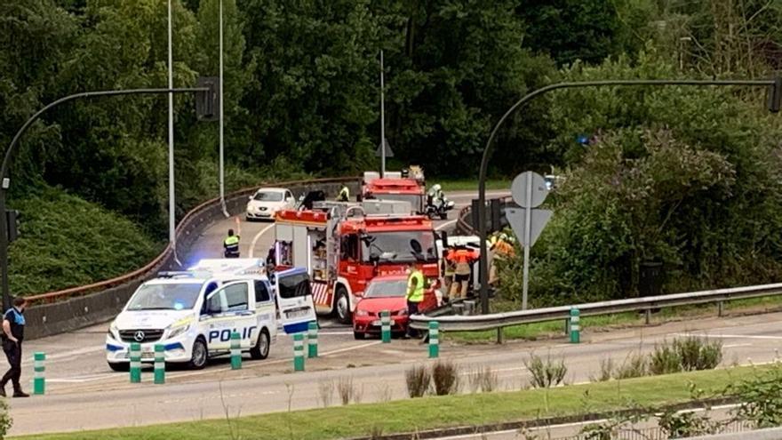 El vuelco de un coche provoca retenciones en la entrada a Oviedo, dirección plaza de Castilla