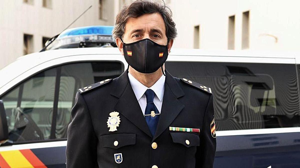 El negociador de la Policía Nacional Carlos Temprano, en Lonzas.     // CARLOS PARDELLAS