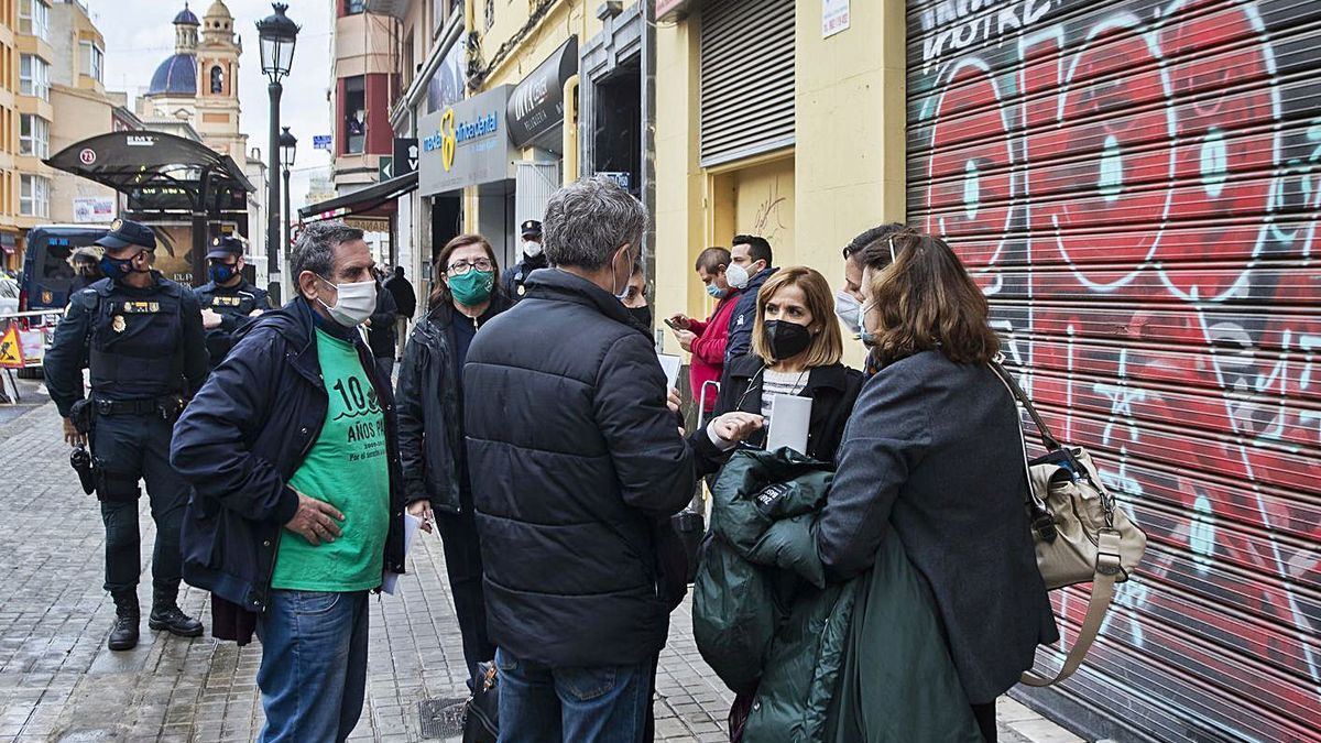 La comisión judicial y las partes implicadas negocian antes del desahucio, ayer.  | GERMÁN CABALLERO