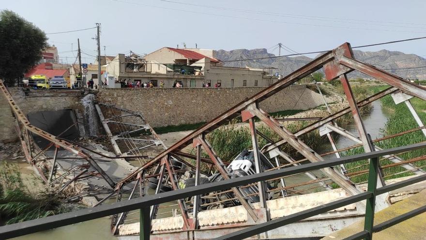 Cae con su camión al río al desplomarse un puente en Murcia