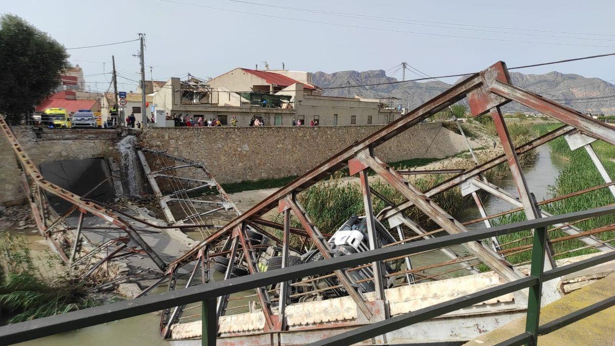 Cae un camión a un río en Murcia tras hundirse un puente