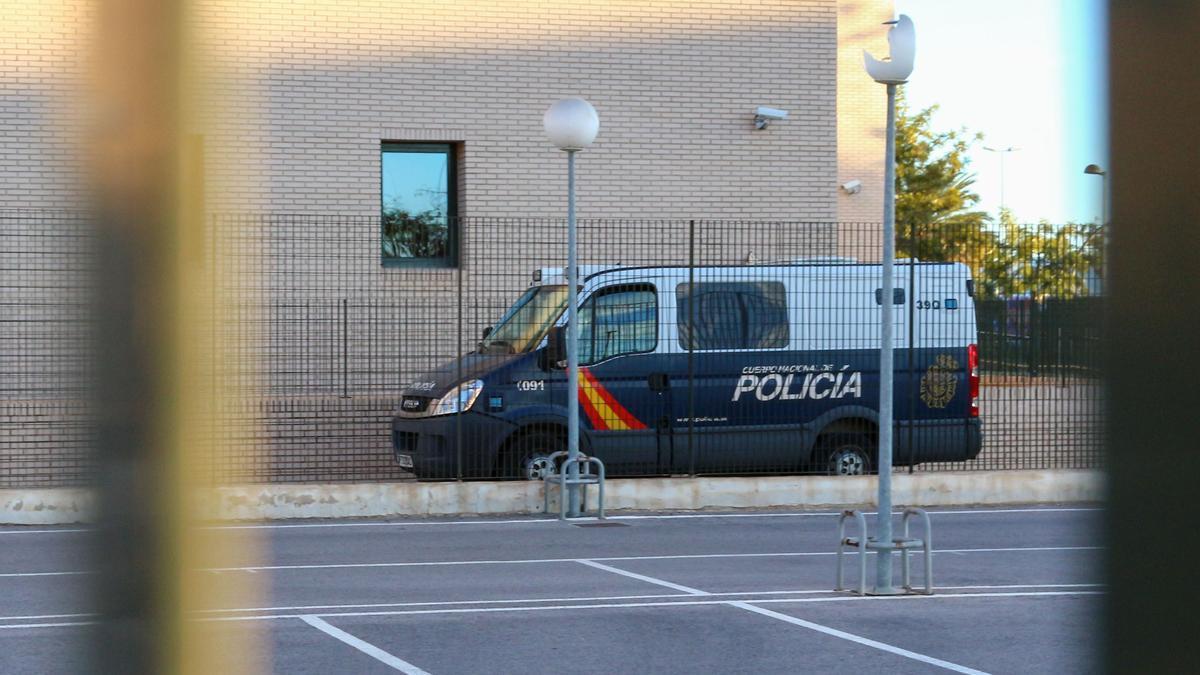 Un furgón policial entra en la Ciudad de la Justicia de Castellón.