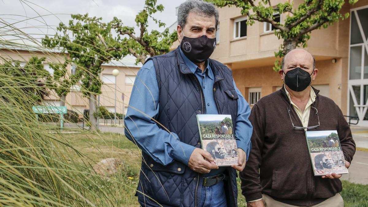 Sebastián Hidalgo e Ignacio Rengifo, con  su libro en  el campus de la UEx en Cáceres