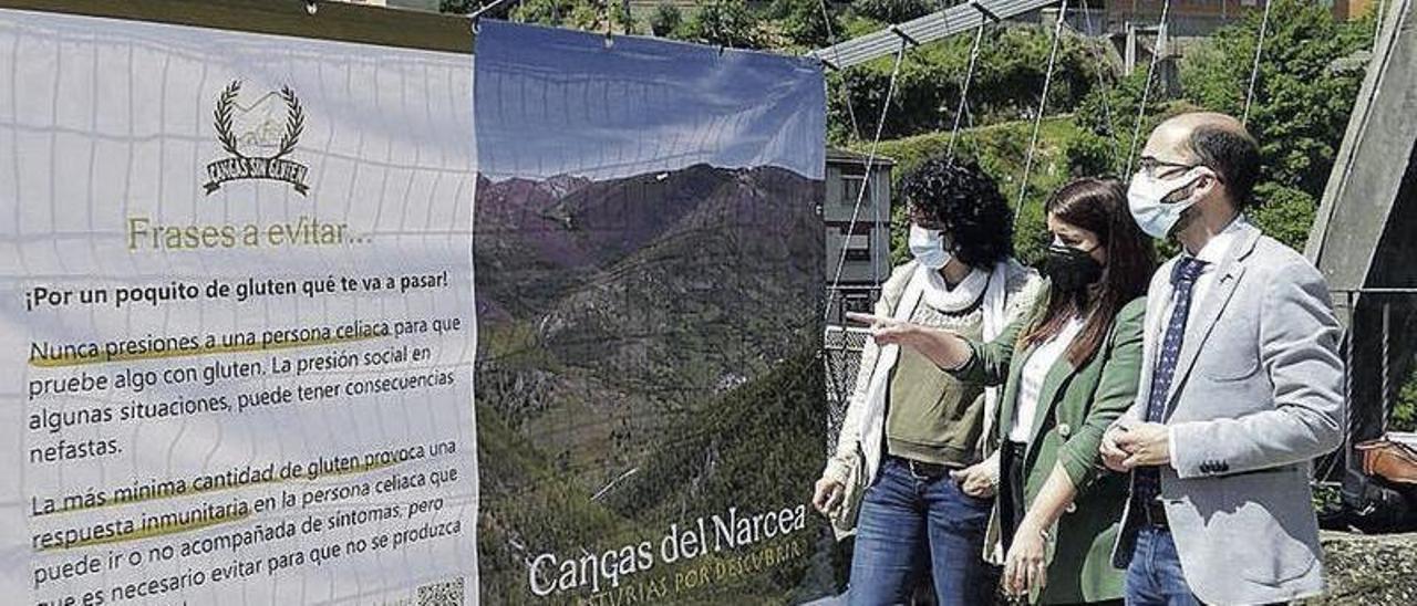 Lorena Pérez (en el centro) explica el contenido de un panel al alcalde, José Víctor Rodríguez, y a Begoña Cueto, edil de Turismo.   D. Álvarez