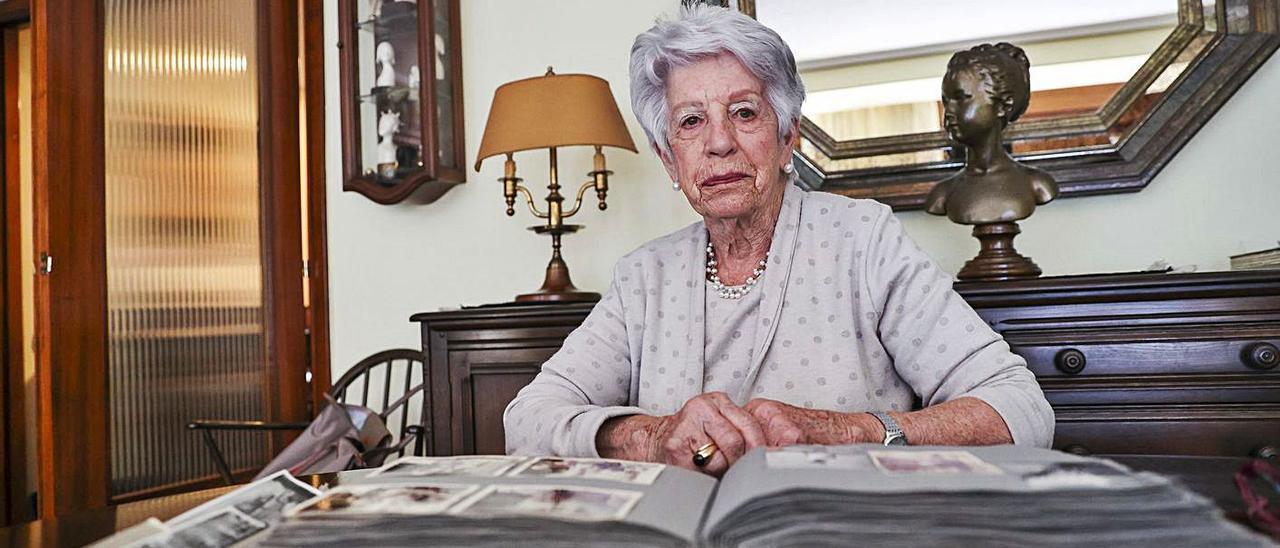 Carmen García de la Mata, en su domicilio de Oviedo, con la mesa llena de álbumes y fotos familiares. Bajo estas  líneas, una imagen de los veranos en la Quinta de El Pito: de pie, ella misma, a la izquierda, junto a las hermanas  Manuela y Carmen Fagalde y Herce; sentada Carmina Herce, la madre de ambas.   Irma Collín