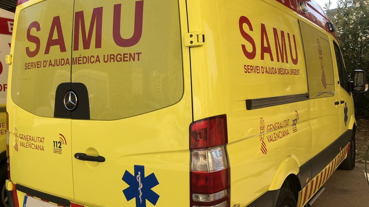Un equipo médico del SAMU recupera las constantes de un hombre que cayó desplomado haciendo deporte