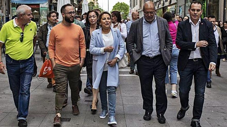 """Valdeón exhibe su apoyo a Ciudadanos y el PP critica su """"cambio de chaqueta"""""""