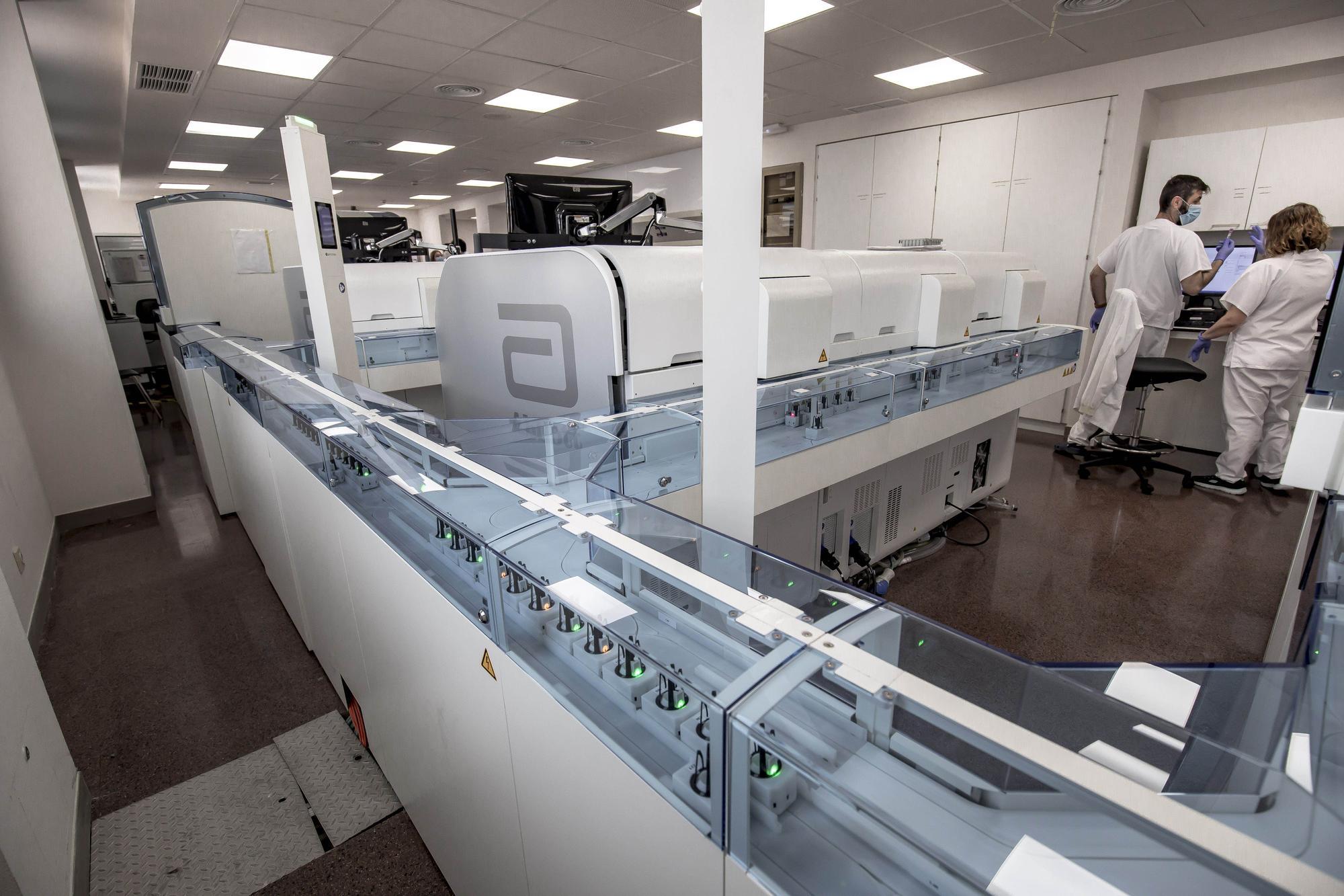 Armengol visita el nuevo laboratorio de microbiología del hospital de Son Llàtzer