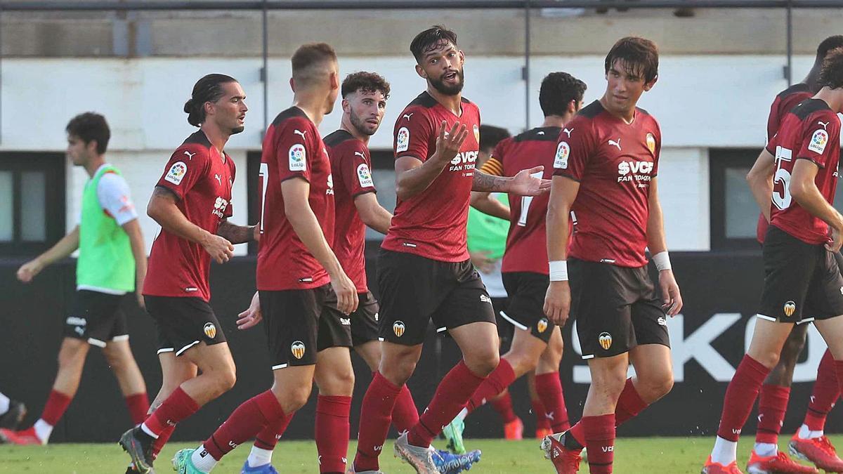 Alderete celebra con sus compañeros el primer gol del Valencia CF ante el Cartagena, ayer en Paterna.    J.M. LÓPEZ