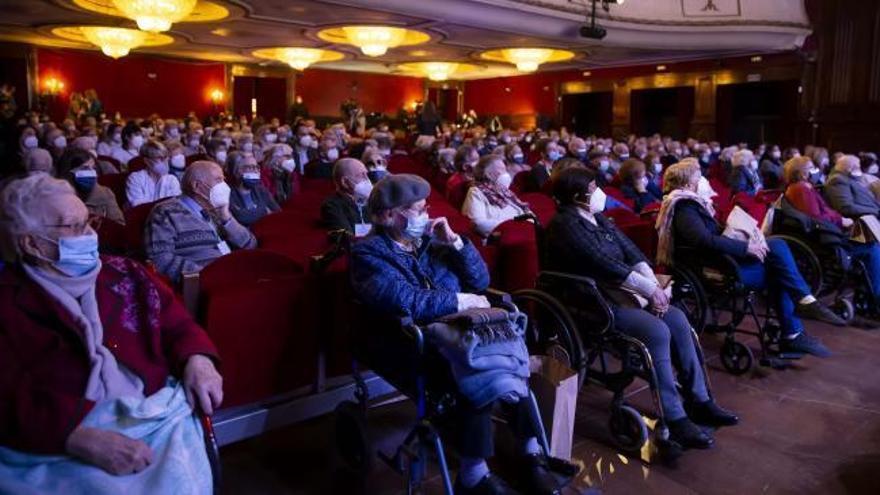 Más de 100 mayores vacunados acuden a una función de humor en el Teatro Gran Vía
