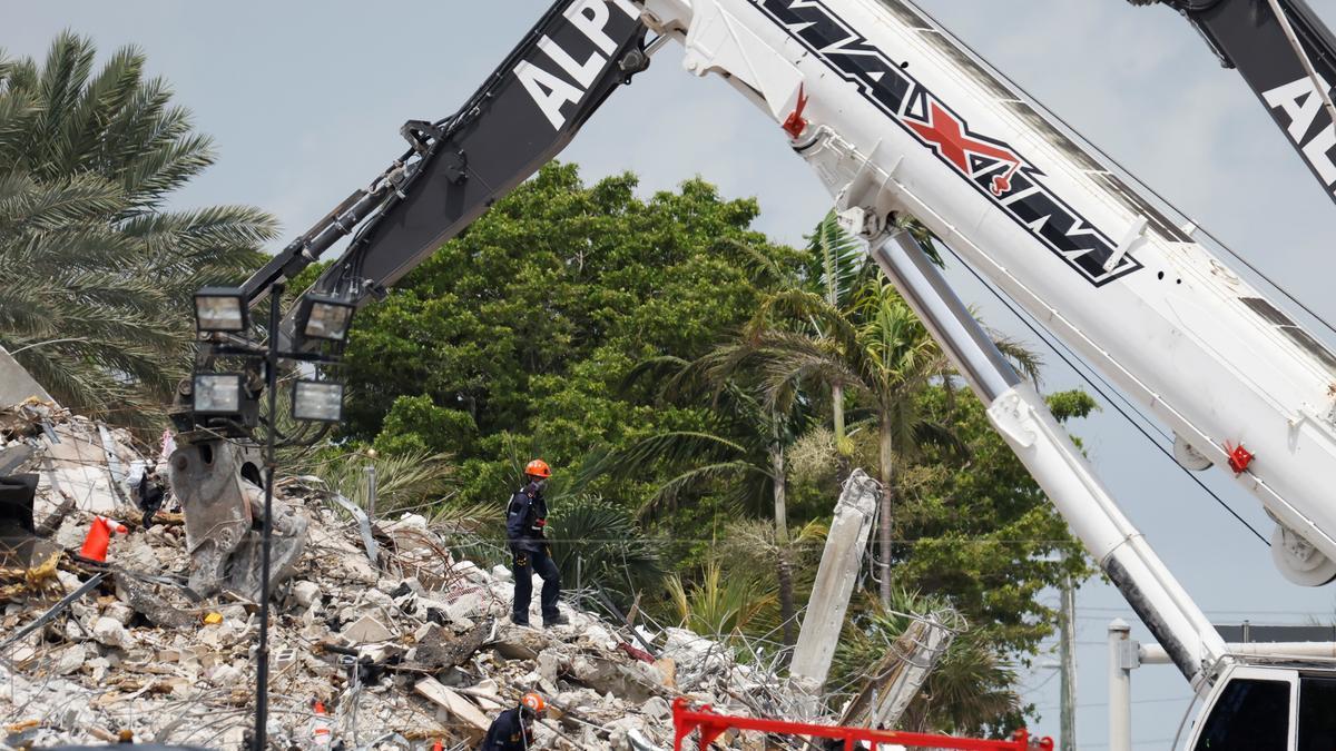 Excavadoras trabajan en el lugar del derrumbe.