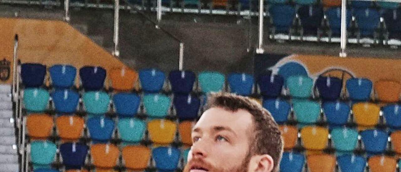 Matt Costello, durante el entrenamiento del Granca ayer en el Arena. |