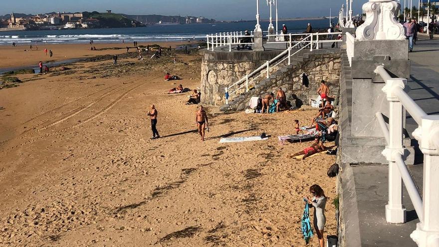Gijón en noviembre como Málaga en agosto: así estaba hoy la playa