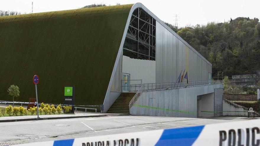 Vallada parte de la pared derribada del polideportivo Juan Carlos Beiro