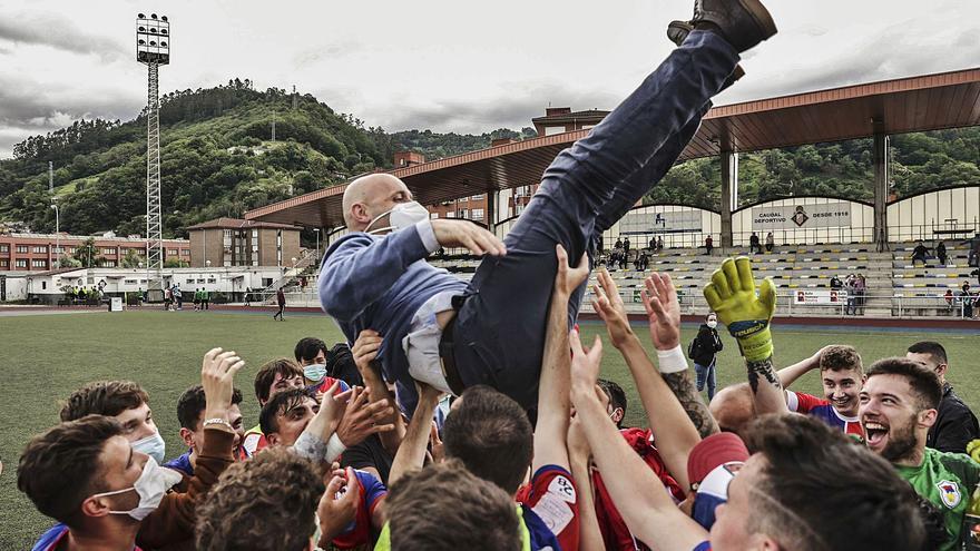 Un Langreo B para la historia tras subir a la Tercera División de fútbol