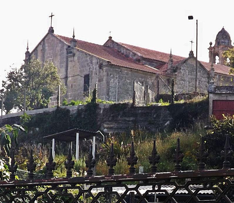 Cumio dun outarelo pedregoso onde se atopa a igrexa de San Martiño de Moaña.
