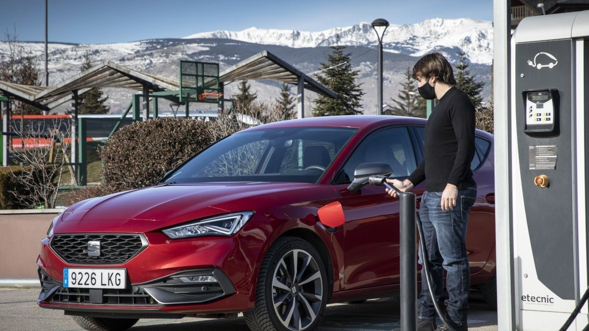 Cómo cuidar tu coche híbrido enchufable en invierno