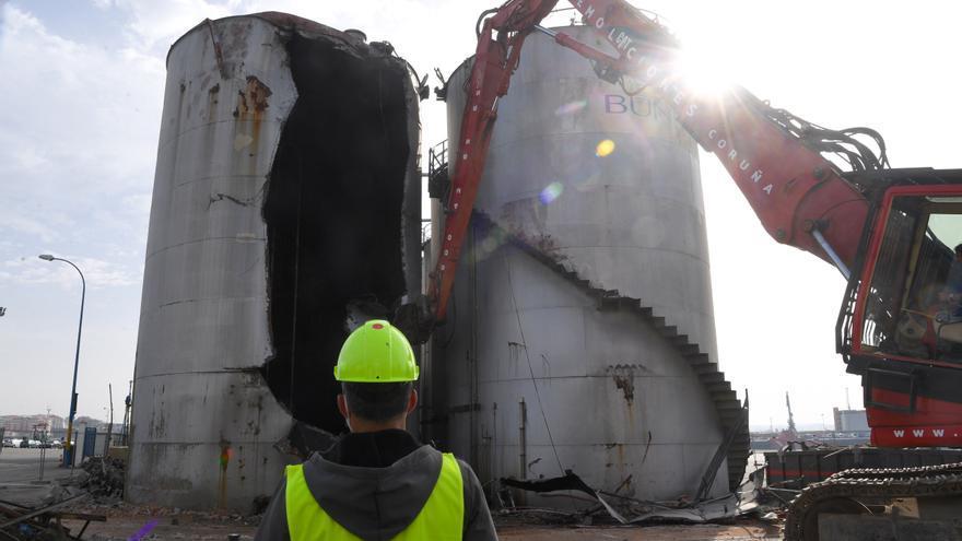Arranca el desmontaje de los silos de Bunge en el muelle de Calvo Sotelo