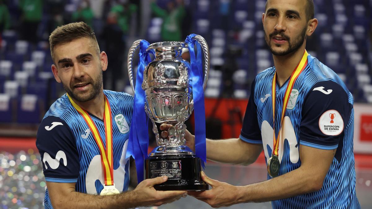 El montoreño Cecilio y el menciano Boyis sostienen la copa de campeones de la Supercopa lograda con el Movistar Inter frente al Barça en Madrid.