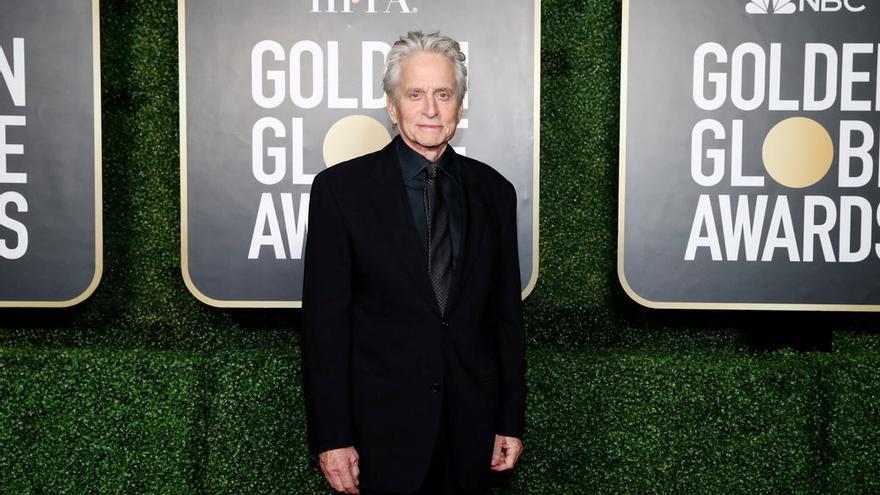 Michael Douglas posa en la 78ª edición de los Globos de Oro.