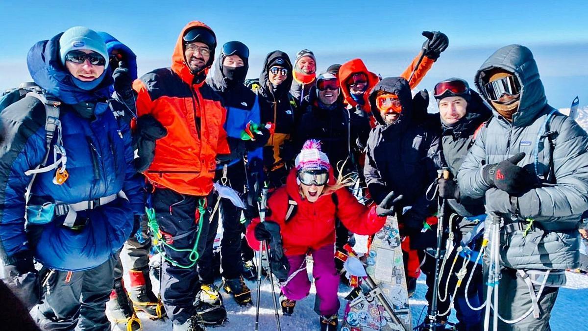 La espedición al monte Elbrús, con Isabel Argüelles nel centru. | LNE