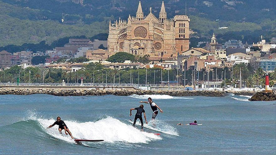 Surfen lernen am Stadtstrand von Palma de Mallorca