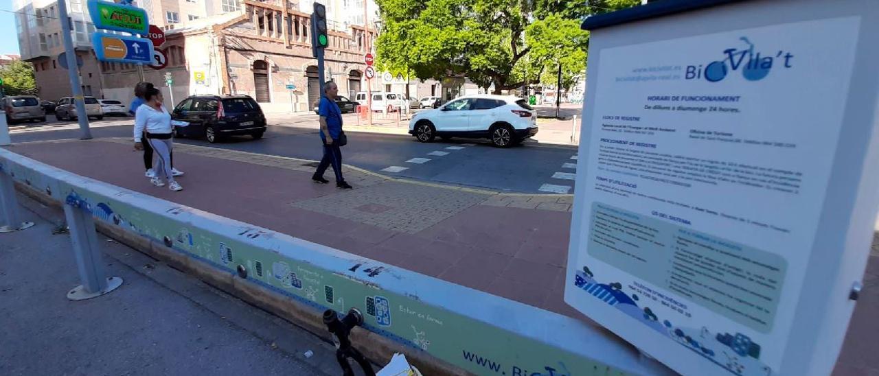 Imagen actual del puesto de préstamo de bicicletas de la plaza del Llaurador que, hasta la suspensión del servicio, fue objeto de varios actos vandálicos.