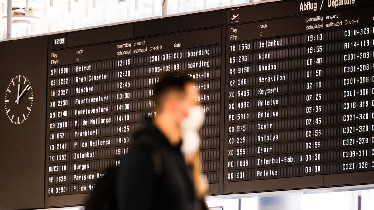 Ein Reisender am Flughafen Hannover.
