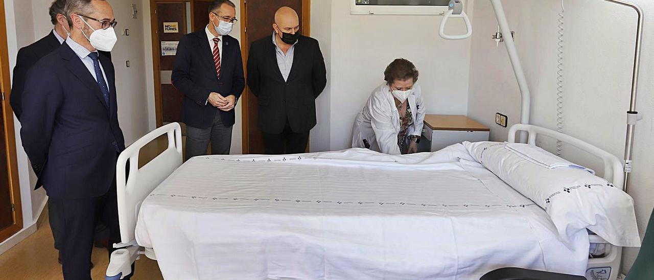 Antonio Blanco, Pablo Fernández, Luis Hevia y María Jesús Sandoval, con una de las 27 camas articuladas donadas por la Fundación Alimerka.   Enrique Cárdenas