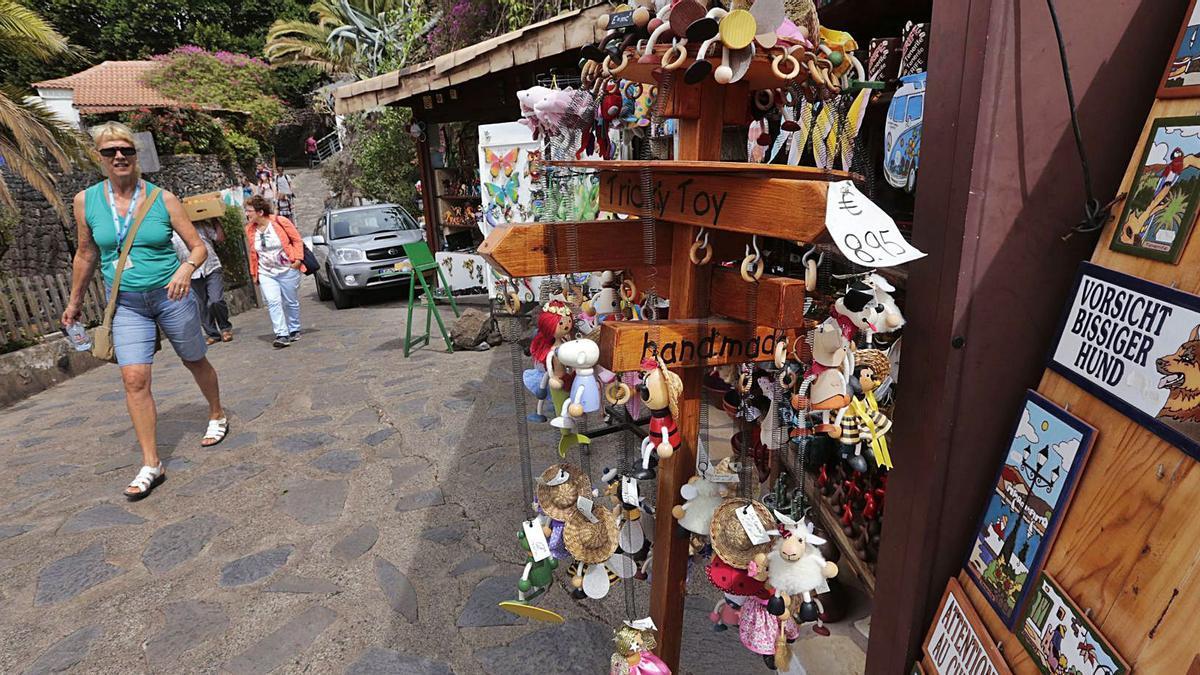 Imagen de archivo de los puestos que aprovechaban la visita de los turistas a Masca antes del cierre del sendero.