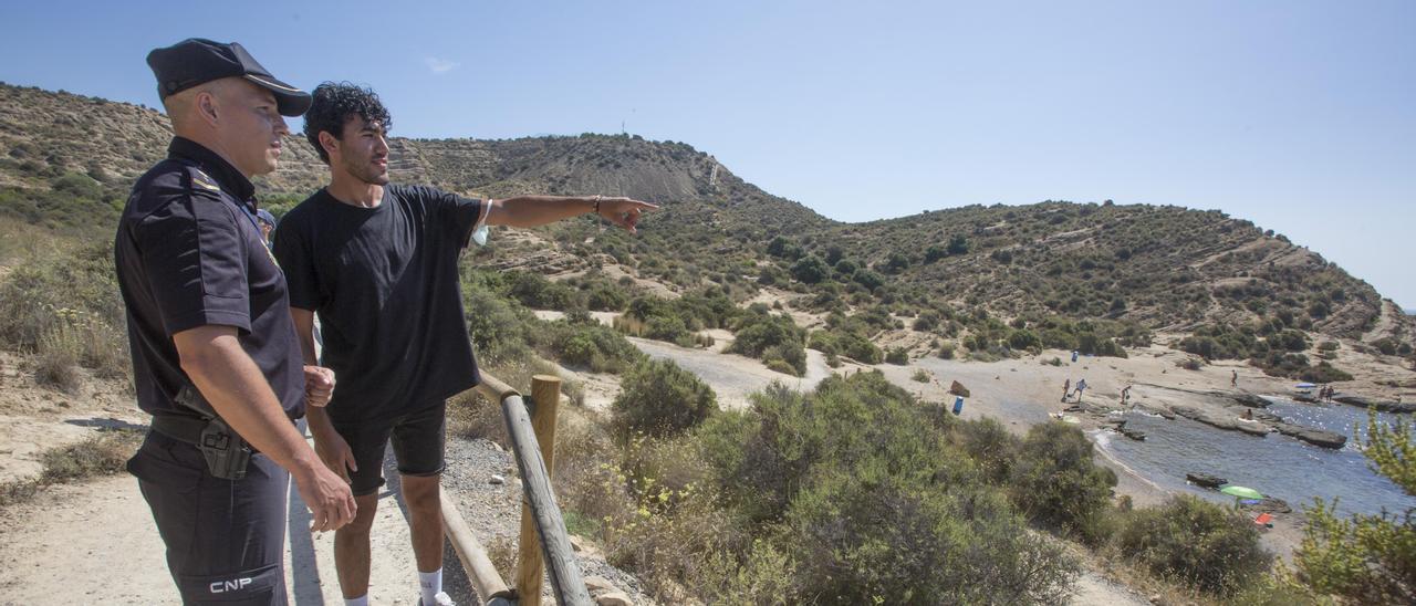 El policía Jorge Juan Baeza y el erasmus que salvó en junio en la cala Cantalar de Alicante.