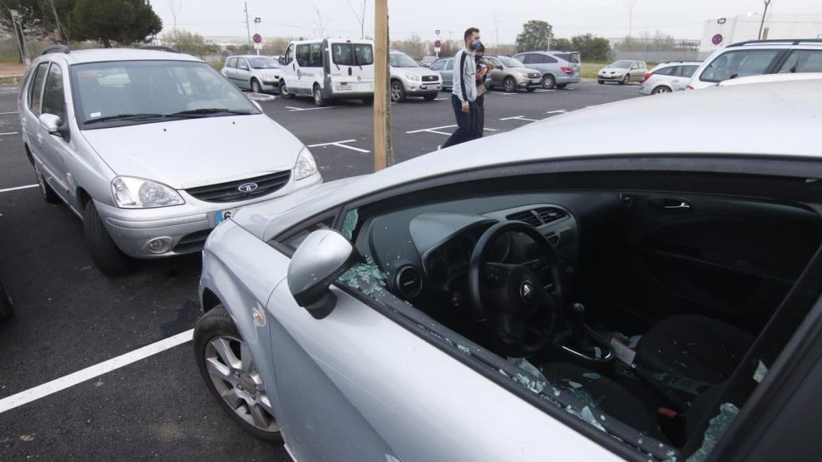 Destrozan lunas y ventanillas de 17 coches estacionados en el parking de Miraflores