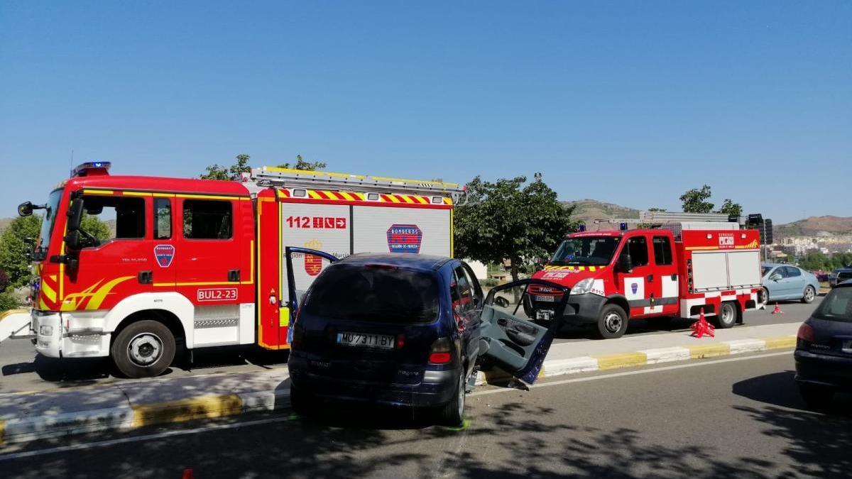 Trasladado al hospital tras chocar con la mediana y saltar el airbag en Lorca