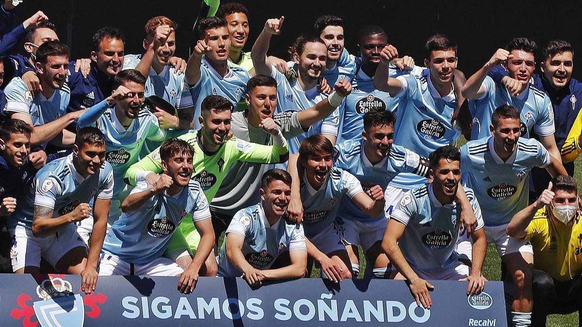 Los jugadores del Celta B festejan el triunfo.