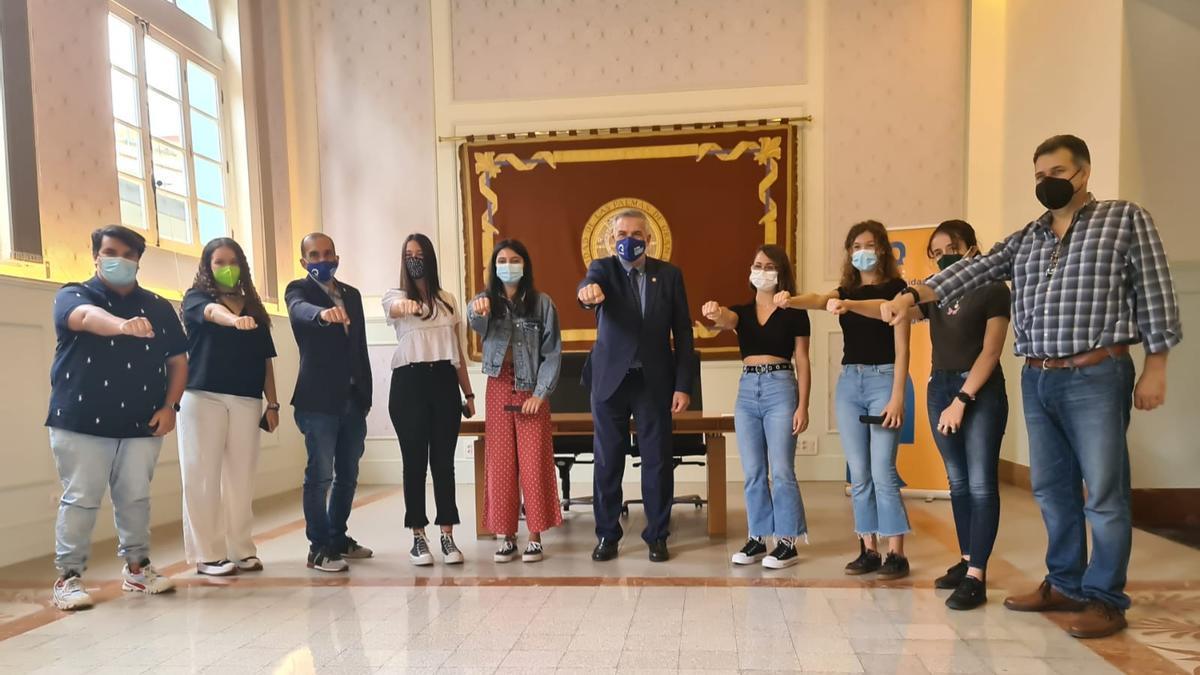Alumnos con mejores notas de la EBAU junto con Lluis Serra, David Sánchez y Nicanor Guerra.