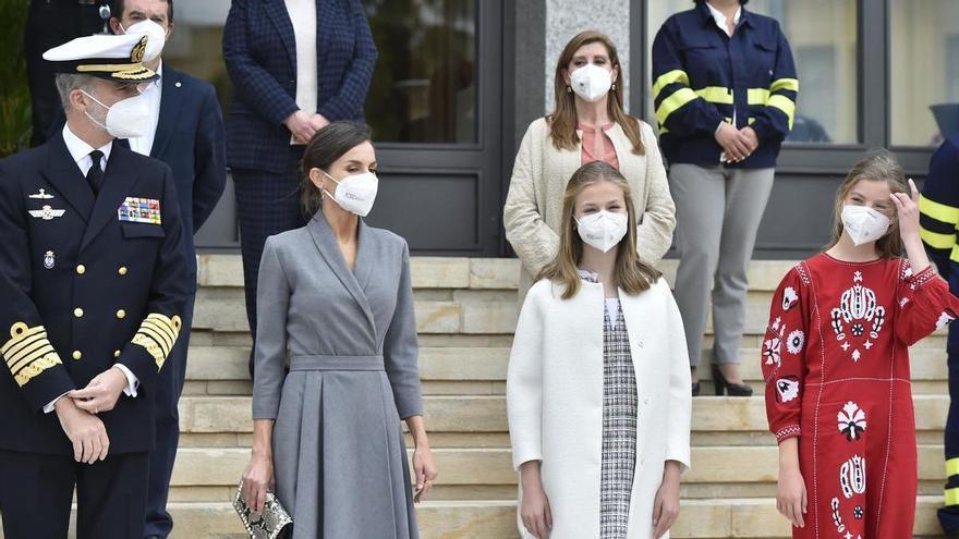 Letizia apuesta por un look discreto y sus hijas acaparan todas las miradas en Cartagena