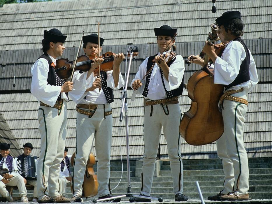 Eslovaquia - La música de Terchová, pueblo reputado por las interpretaciones musicales colectivas ejecutadas por conjuntos de tres, cuatro o cinco músicos.
