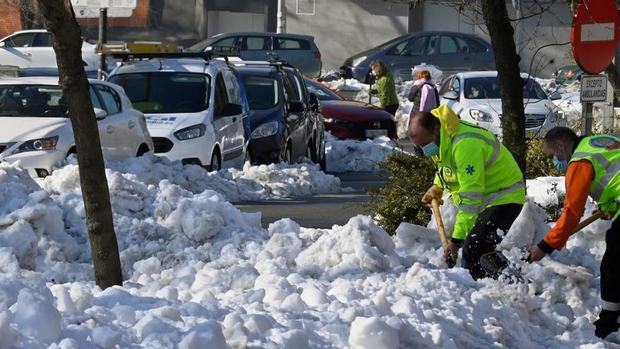 Aparece bajo la nieve el cadáver de un hombre en una calle de Madrid